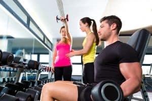 Spor salonunda ağırlık kaldıran insanlar